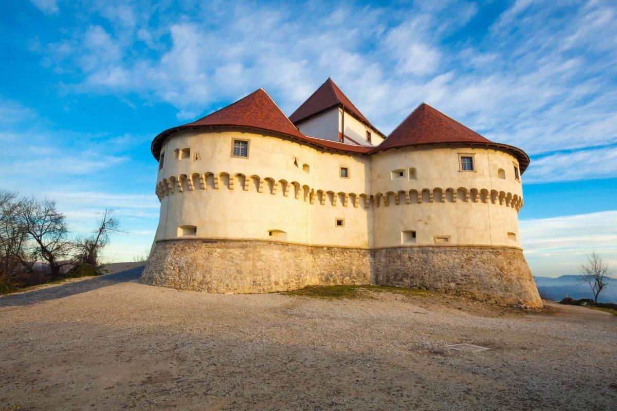 Die trutzige Burg Veliki Tabor im Zagorje bei Desinić zählt zu den besterhaltenen mittelalterlichen Burgen Kroatiens - © Phant / Shutterstock
