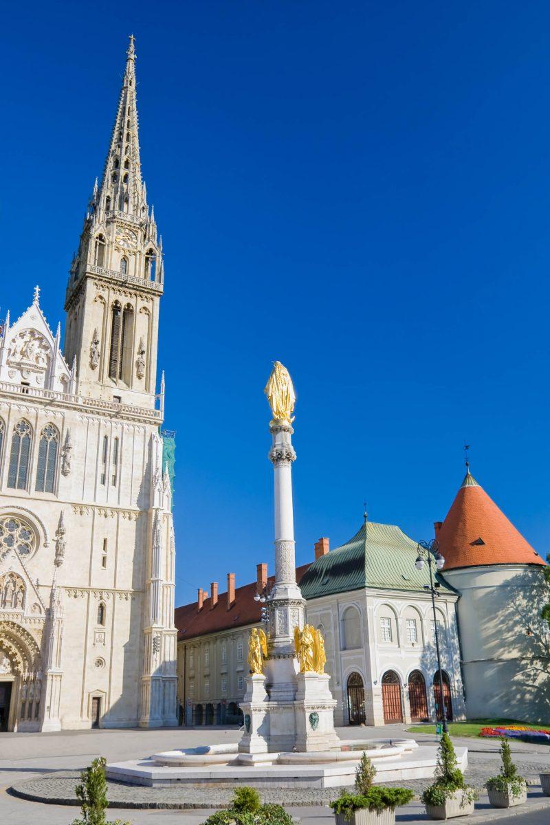 1873 entstand vor der Kathedrale der Brunnen mit der Mariensäule, der gemeinsam mit dem Dom als DAS Postkartenmotiv von Zagreb gilt, Kroatien - © Mikhail Nekrasov / Shutterstock
