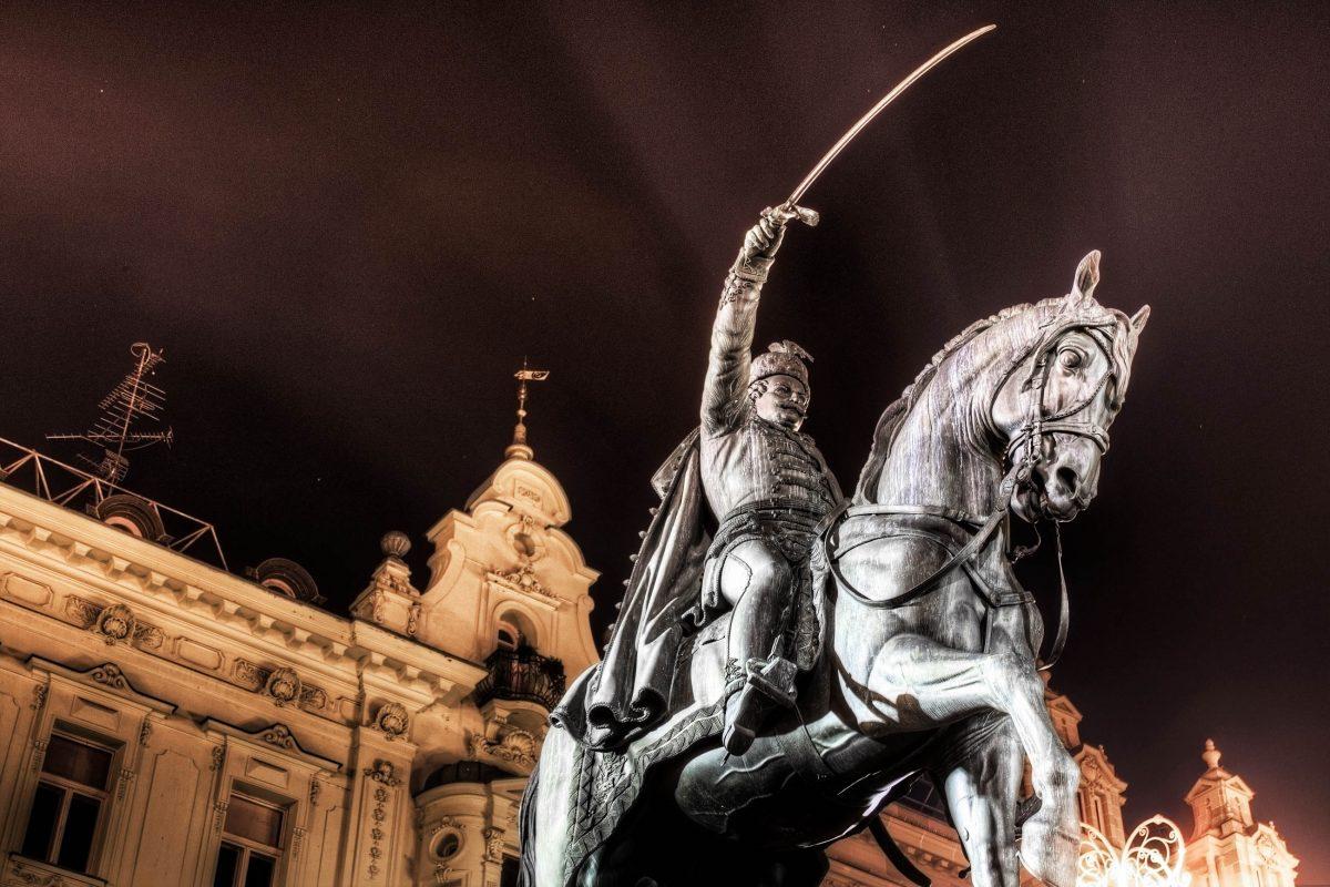 Das eindrucksvolle Reiterstandbild im Zentrum des Hauptplatzes von Zagreb erinnert heute noch an den berühmten Feldherren und Ban Josip Jelačić, Kroatien - © zlatkozalec / Shutterstock