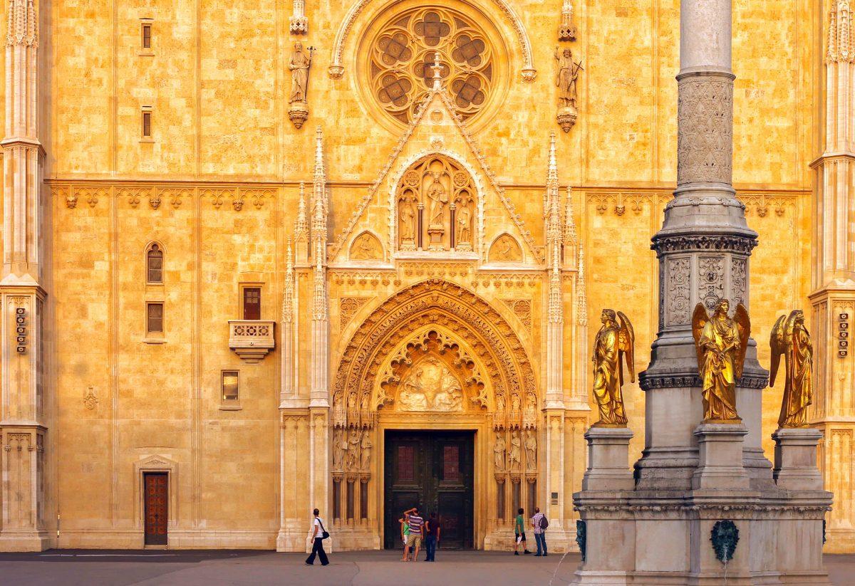 Das Interieur der 77m langen und 46m breiten Kathedrale von Zagreb, Kroatien, birgt im wahrsten Sinne des Wortes unermessliche Schätze - © Tijana photography / Shutterstock