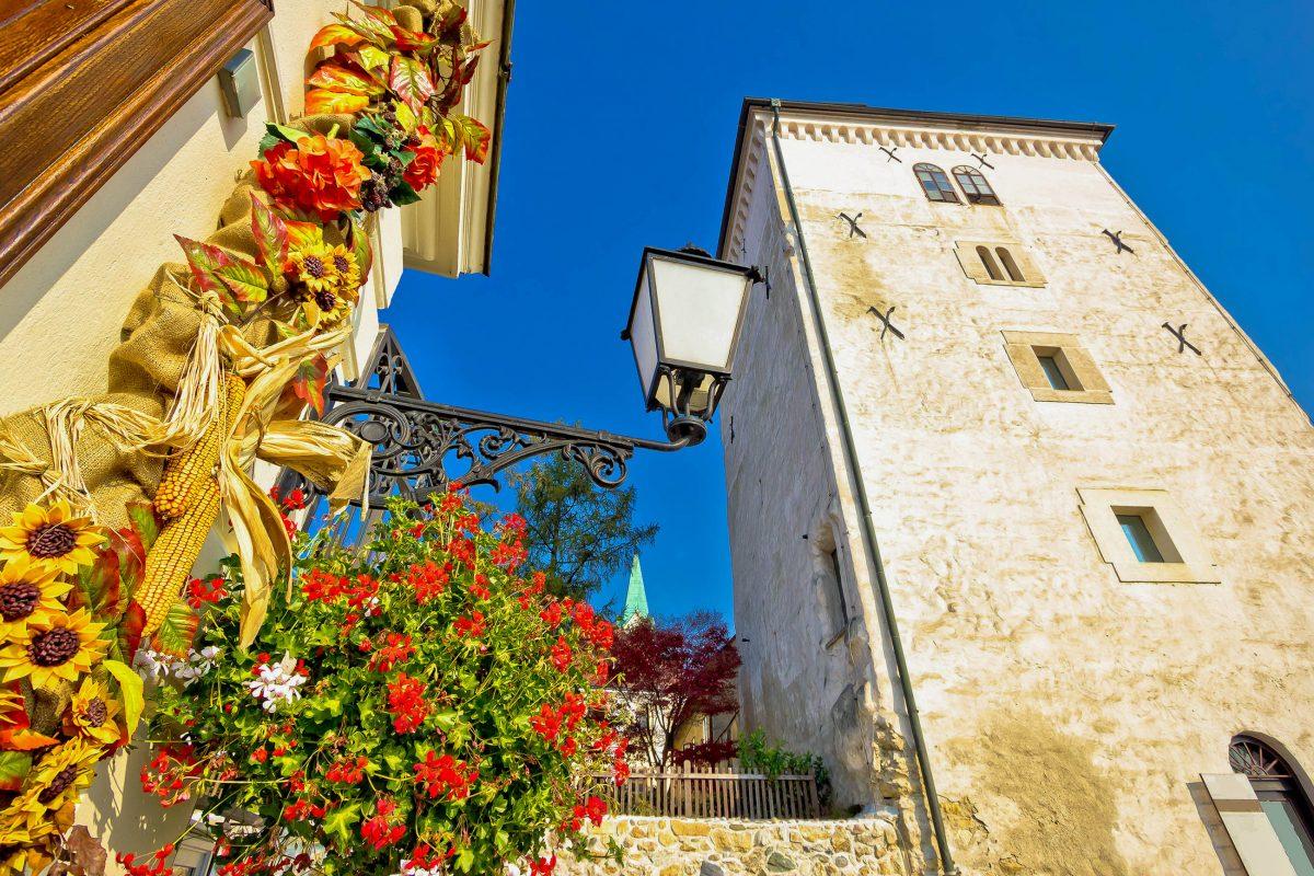 Der eindrucksvolle Lotrščak Turm in der Oberstadt von Zagreb war einst Wachturm, Glockenturm und Kanonenturm, Kroatien - © xbrchx / Shutterstock