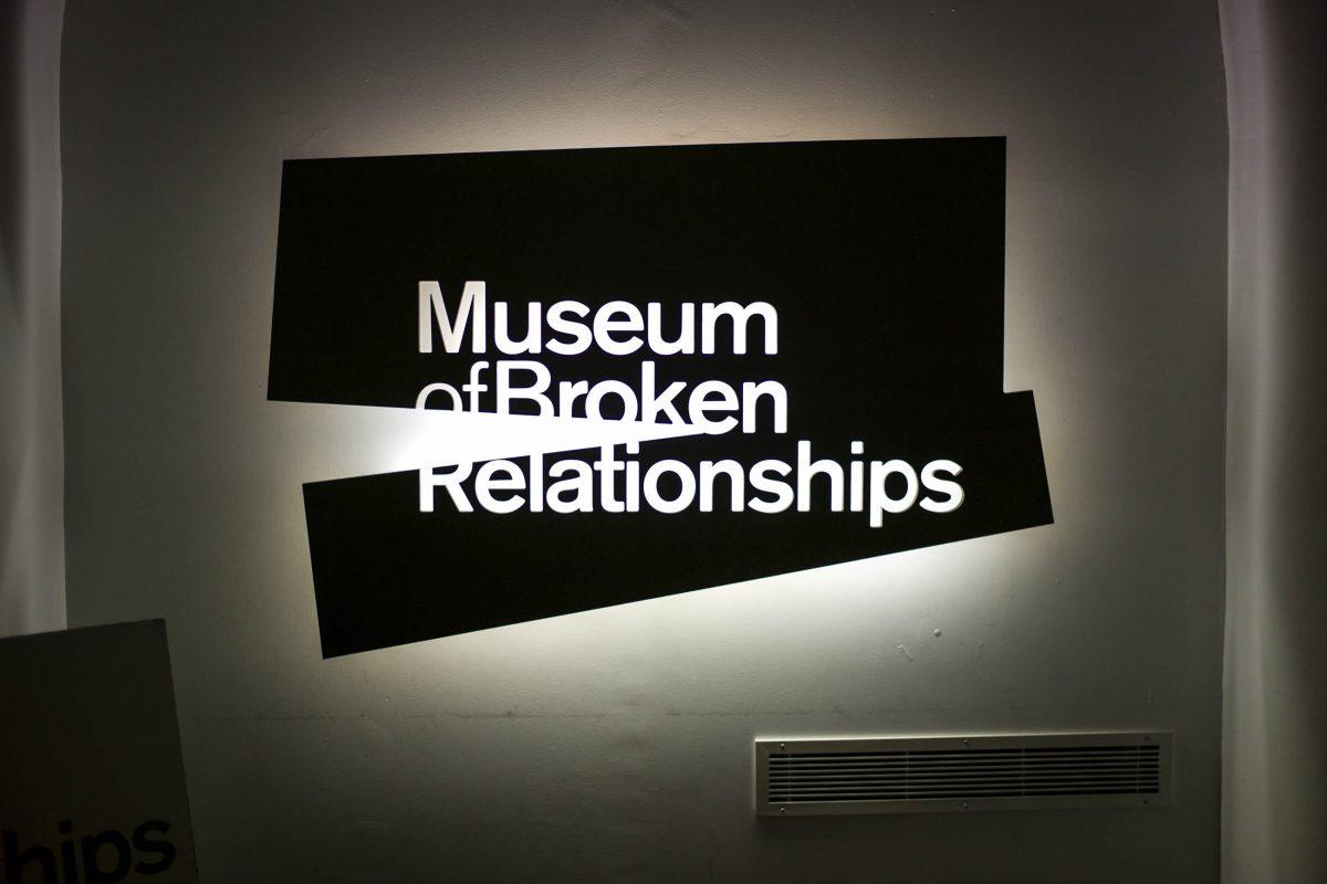Die ausgestellten Objekte im Zagreber Museum der zerbrochenen Beziehungen stellen die vielfältigen Geschichten vergangener Liebe dar, Kroatien - © gary yim / Shutterstock