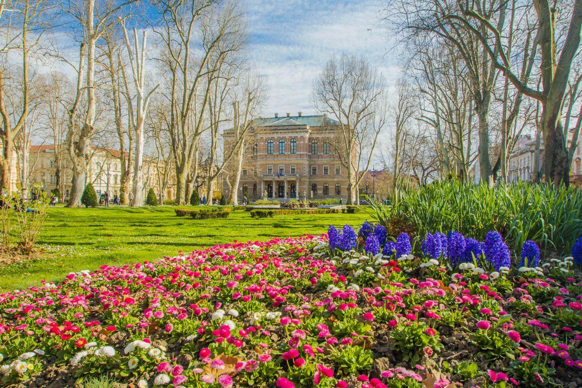 Im idyllischen Park Zrinjevac in der Unterstadt von Zagreb thront das Gebäude der Akademie der Wissenschaften, Kroatien - © iascic / Shutterstock