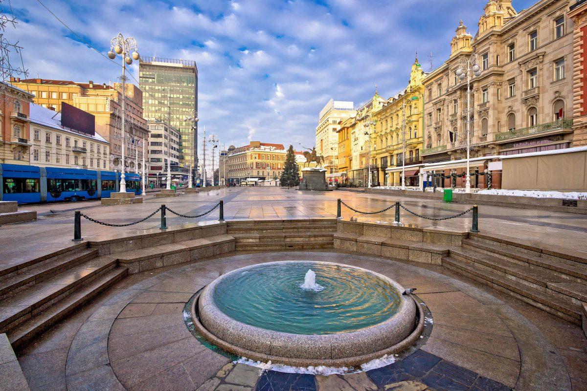 Kroatien Urlauber finden am Trg Ban Jelačić, dem Hauptplatz von Zagreb, prachtvolle Baudenkmäler, nette Cafés und vielfältige Shopping-Möglichkeiten - © xbrchx / Shutterstock