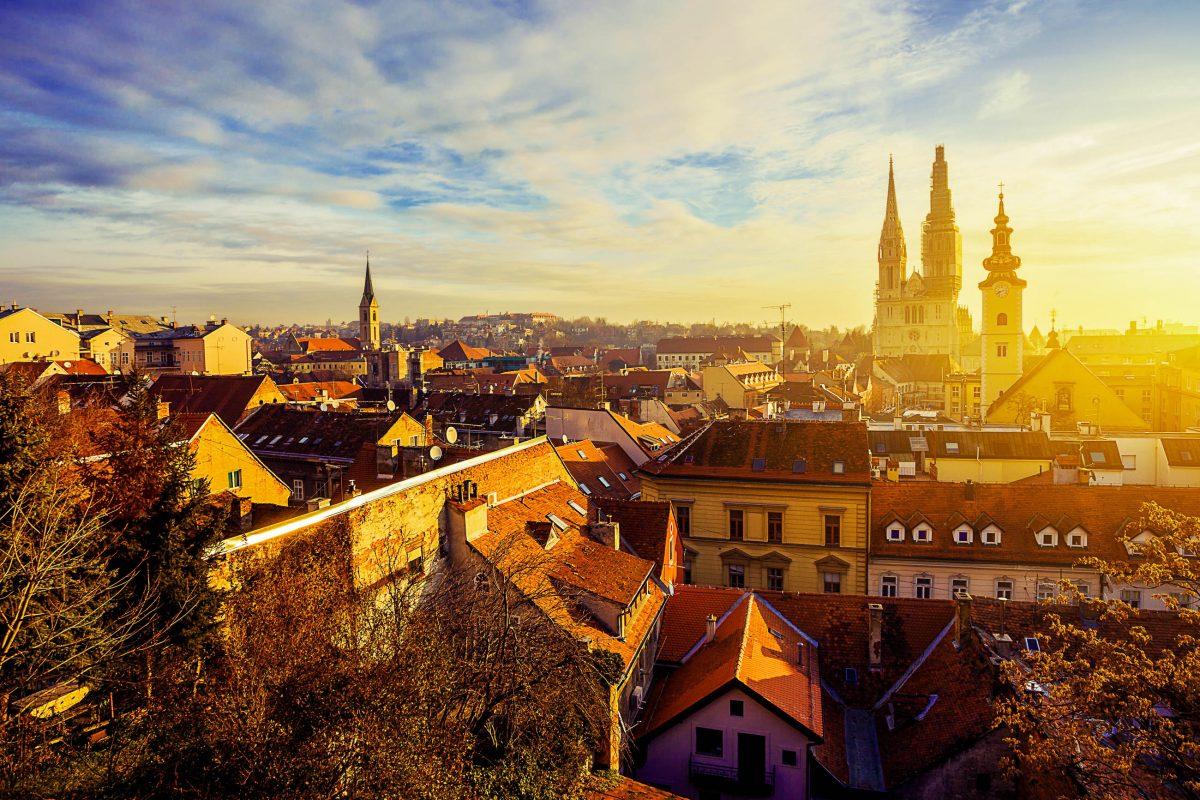 Sonnenaufgang über den Dächern von Zagreb und der alles überragenden Kathedrale, Kroatien - © Phant / Shutterstock