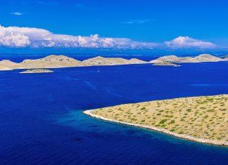 Zur Hauptsaison tummeln sich Segelboote und Yachten im Labyrinth aus saphirblauen Wellen und Karstinseln im Kornaten Nationalpark, Kroatien - © ZvonMiha / Shutterstock