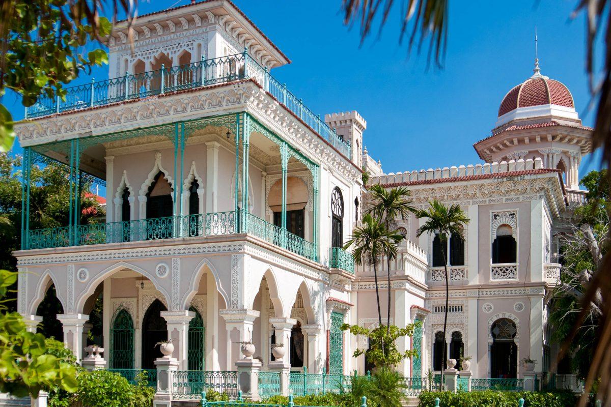 Eine der vielen noch vorhandenen eindrucksvolle Villen in Punta Gorda, dem ehemaligen Aristokratenviertel von Cienfuegos, Kuba - © dyvan / Fotolia