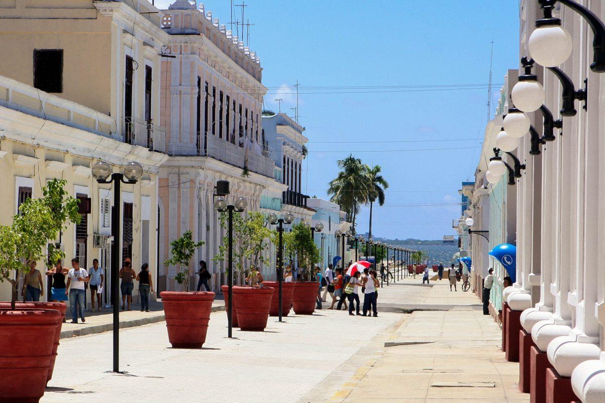 """Fußgängerzone in Cienfuegos, einer der saubersten und gepflegtesten Städte Kubas; ihr Spitzname """"La Perla del Sur"""", die Perle des Südens - © Altair de Bruin / Fotolia"""