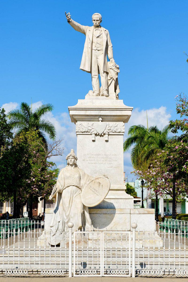 Denkmal von Jose Marti am Parque Martí, einem etwa 110x200 Meter großen Platz in Cienfuegos, Kuba - © Zoran Karapancev / Shutterstock