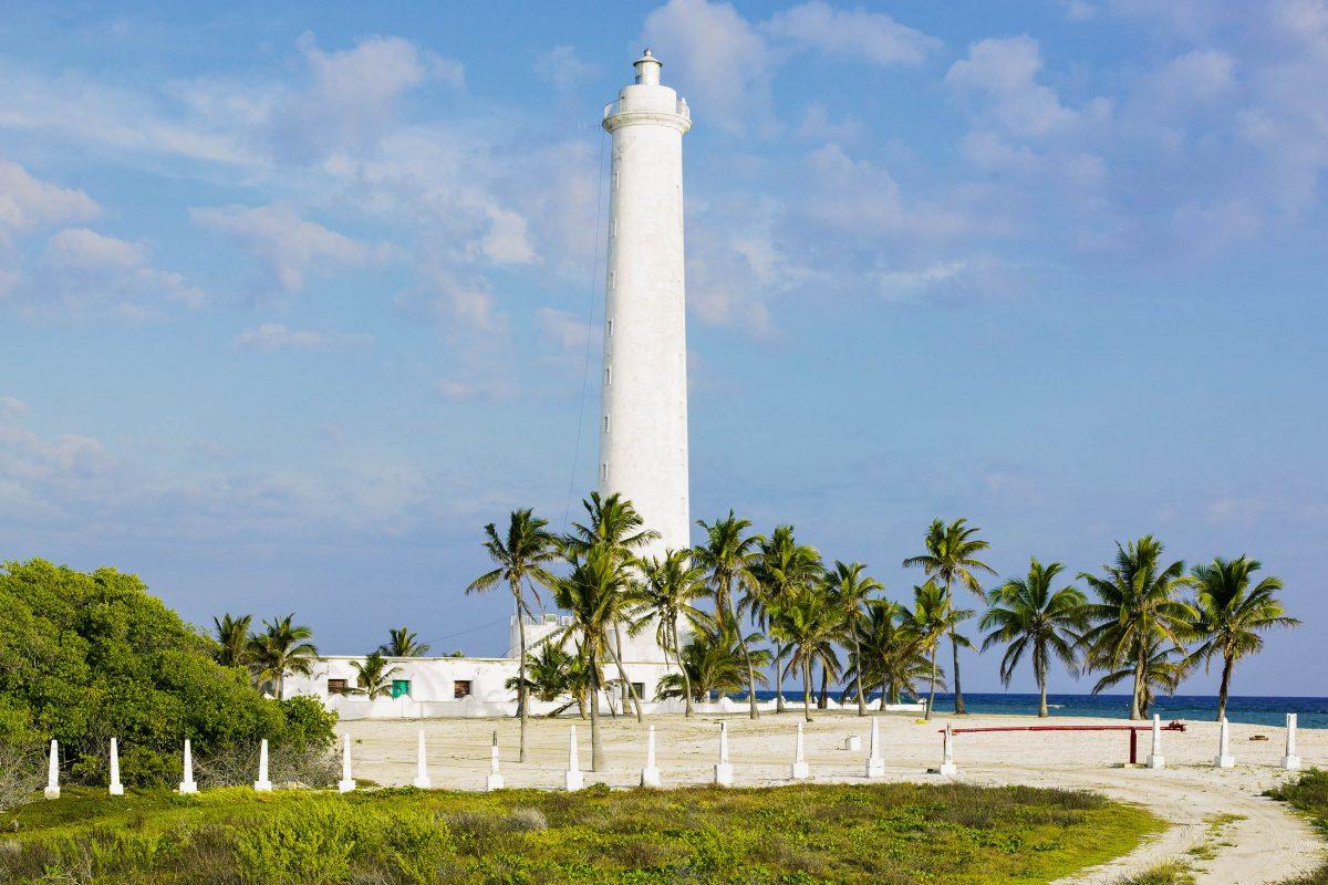 Der Strand Cayo Sabinal mit seinem weißen Leuchtturm liegt bei Santa Lucia und bietet viele Möglichkeiten für Tauchausflüge und Bootsfahrten, Kuba - © PHB.cz / Fotolia