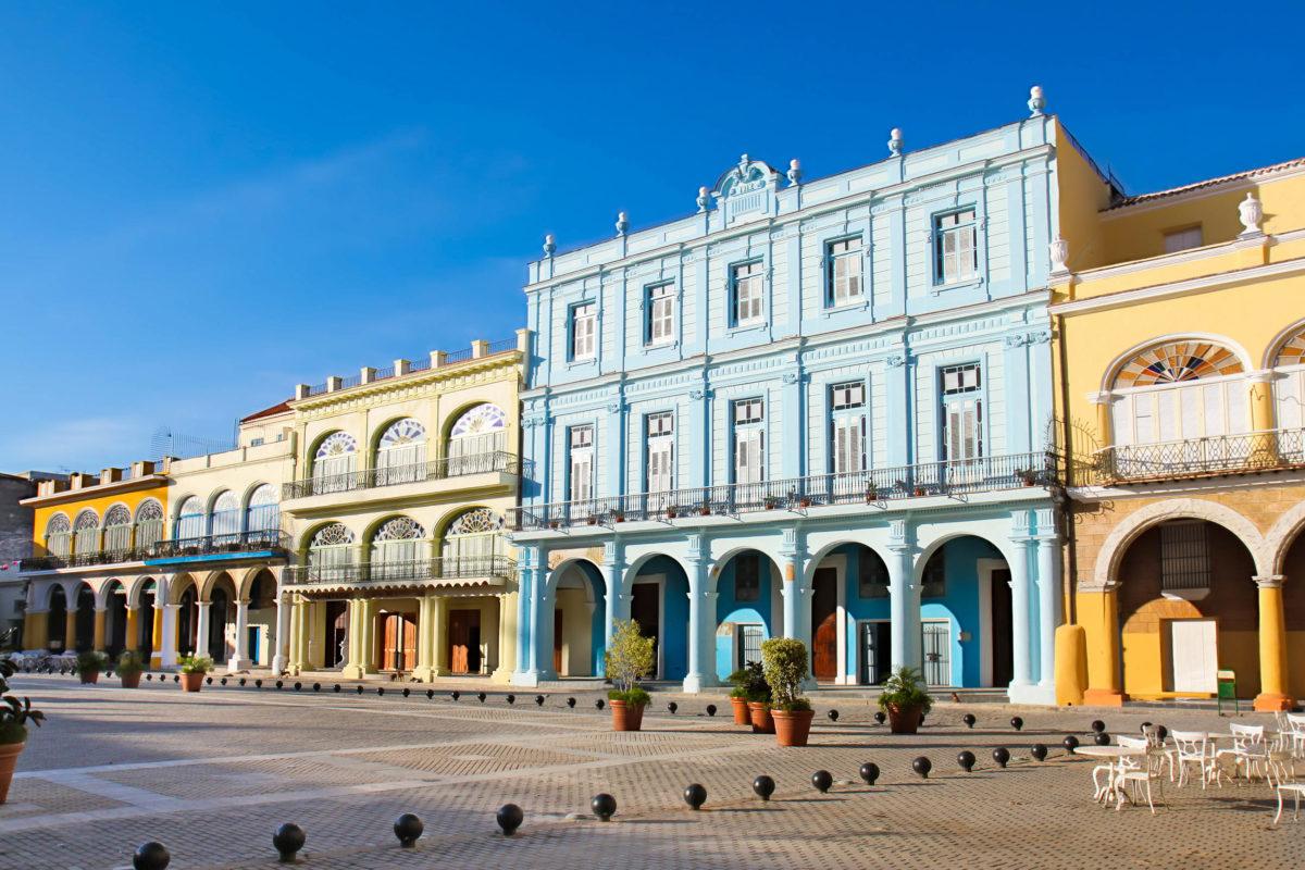 Der Plaza Vieja mit seiner wunderschönen Kolonialarchitektur in der Alstadt von Havanna, Kuba - © Aleksandar Todorovic/Shutterstock