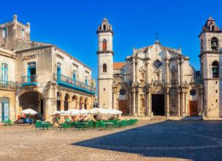 Die imposante Kathedrale San Cristóbal beeindruckt mit ihren beiden Türmen und der kunstvoll verzierten Fassade, Havanna, Kuba - © Kamira / Shutterstock