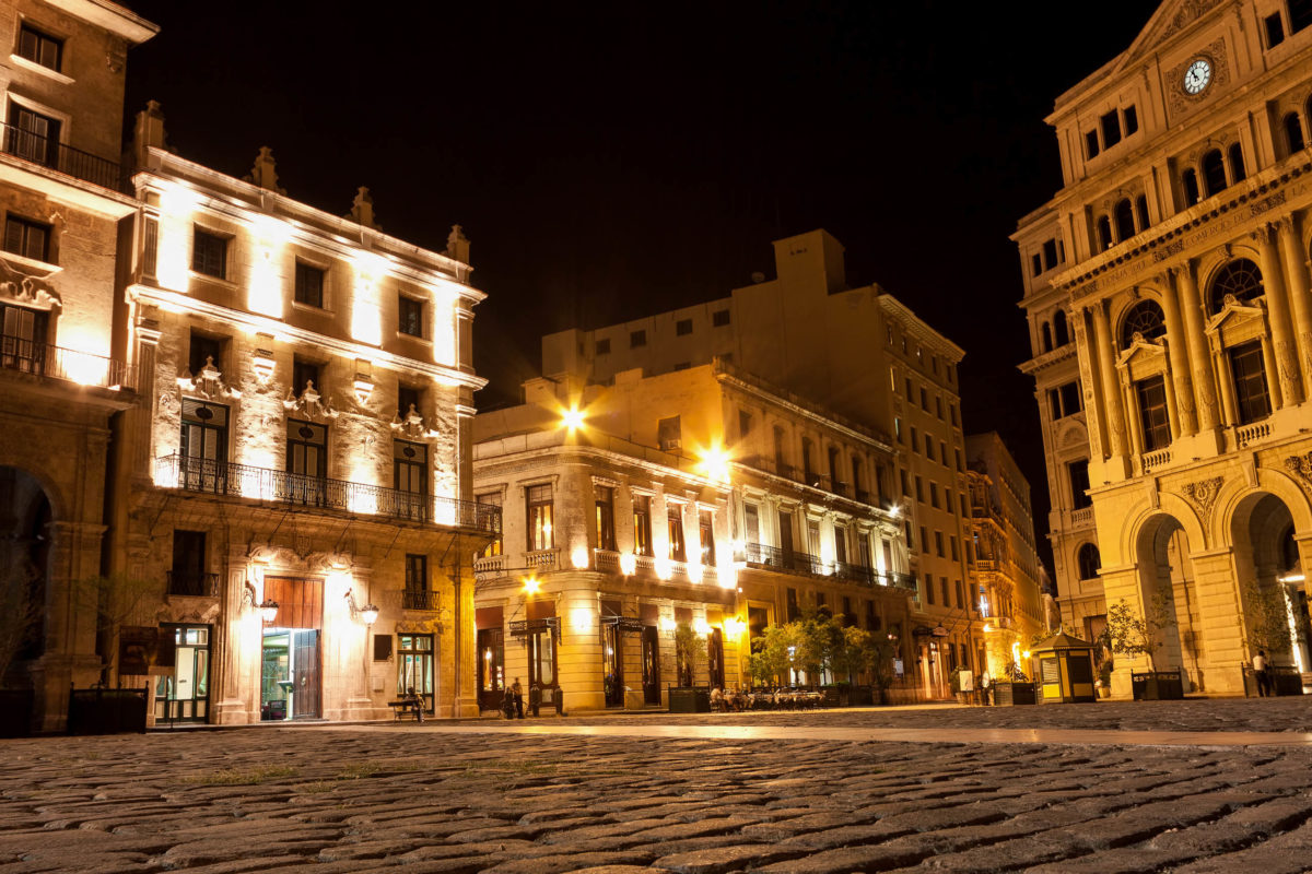 Nächtliche Szenerie am Platz von San Francisco in der Altstadt von Havanna in Kuba - © Kamira / Shutterstock