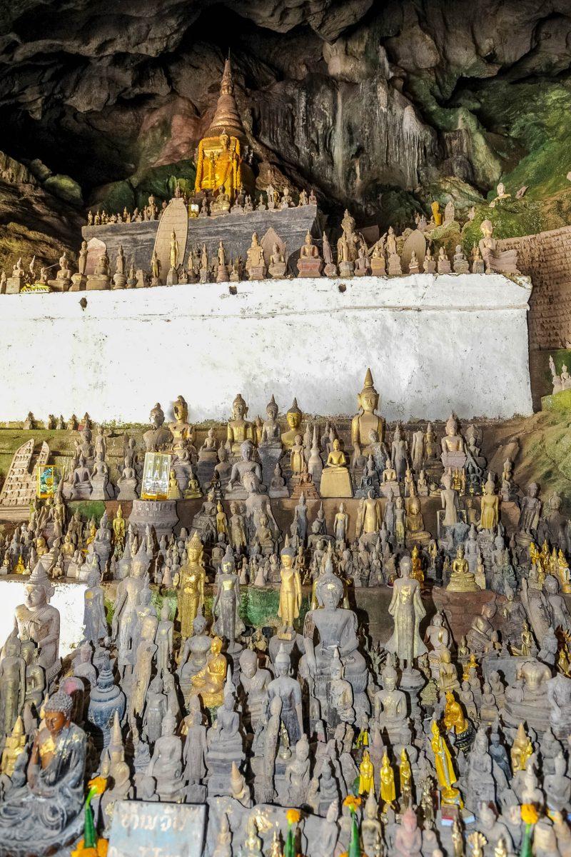 Die Buddhastatuen aus Holz, Eisen, Ton oder Bronze wurden teilweise von den Pilgern als Opfergaben mitgebracht, Pak-Ou-Höhlen, Laos - © fotoember / Fotolia