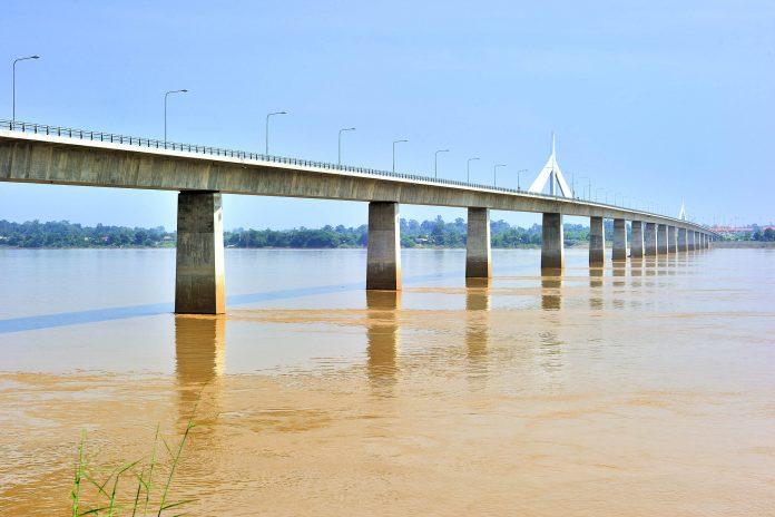 Die Erste Thai-Lao-Freundschaftsbrücke wurde 1994 eröffnet und verbindet die beiden Länder Laos und Thailand miteinander - © JSseng / Shutterstock