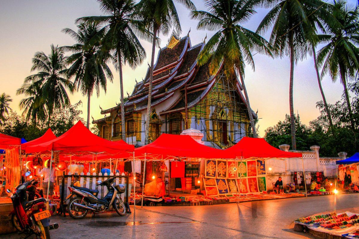 Der tägliche Nachtmarkt in Luang Prabang im Norden von Laos ist vor allem für seine handgefertigten Textilien berühmt - © PlusONE / Shutterstock