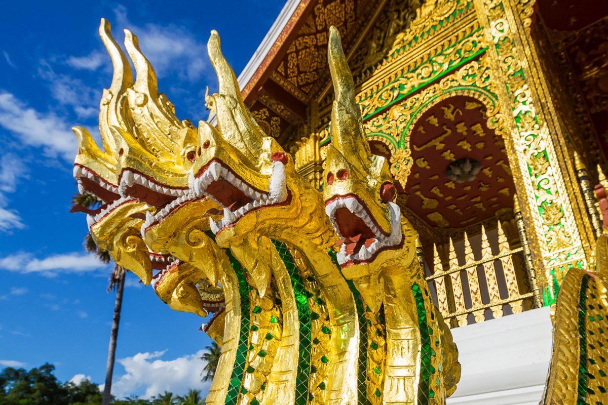 """Detail am Königspalast in Luang Prabang, die drachenähnlichen Figuren werden """"Nagas"""" genannt, Laos - © Galyna Andrushko/Shutterstock"""