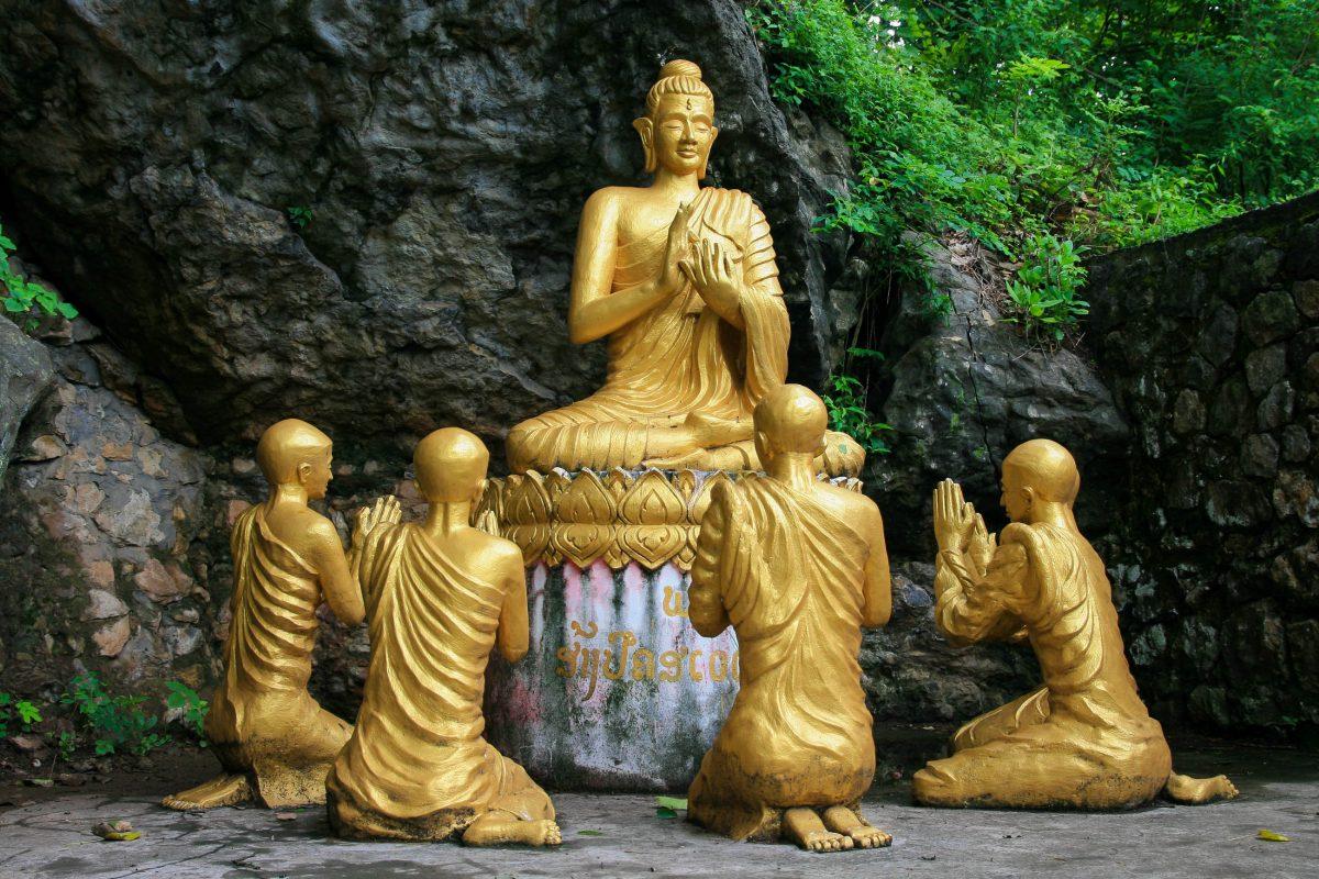 Goldender Buddha, von Mönchen umgeben, am Berg Phousi, dem heiligen Berg von Luang Prabang im Norden von Laos - © S J Francis / Shutterstock
