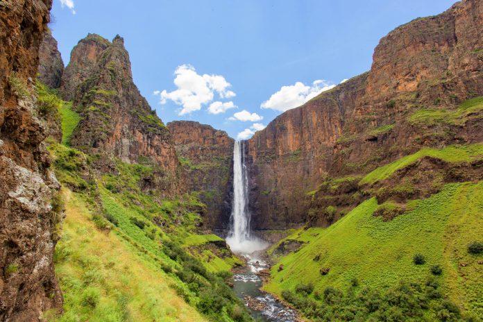 Der gleichnamige Fluss stürzt am Maletsunyane-Wasserfall atemberaubende 192m in die Tiefe, Lesotho - © Hannes Thirion / Shutterstock