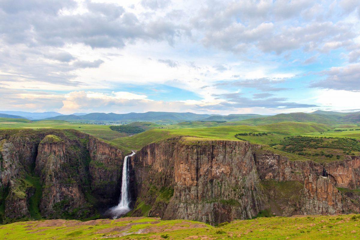 Der Maletsunyane-Wasserfall in Lesotho ist nach den Tugela-Fällen in Südafrika der zweithöchste Wasserfall im südlichen Afrika - © Hannes Thirion / Shutterstock