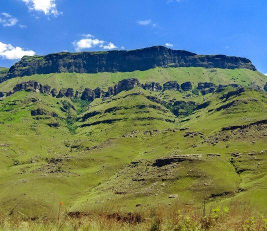 Der Tafelberg Thaba Bosiu in Lesotho ist eine wichtige Stätte in der Geschichte Lesothos - © meunierd / Shutterstock