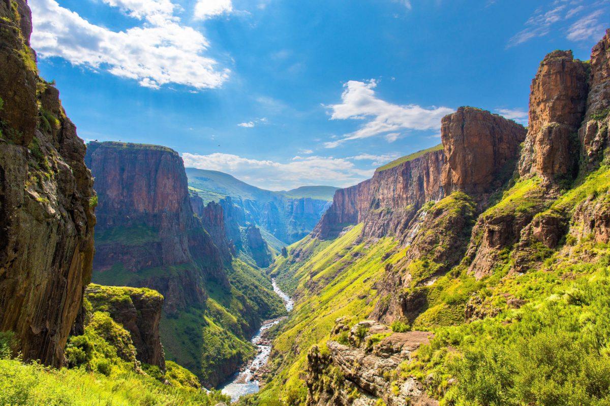 Nach seinem spektakulären Fall fließt der Maletsunyane in Lesotho ruhig in ein malerisches Flusstal weiter - © Hannes Thirion / Shutterstock