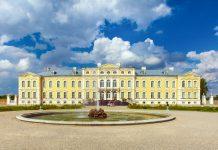 """Blick auf das Schloss Rundale im Süden Lettlands, das auch als """"Versailles des Baltikums"""" bezeichnet wird und neben dem Schloss Jelgava das bedeutendste barocke Bauwerk Lettlands ist - © prescott09 / Fotolia"""