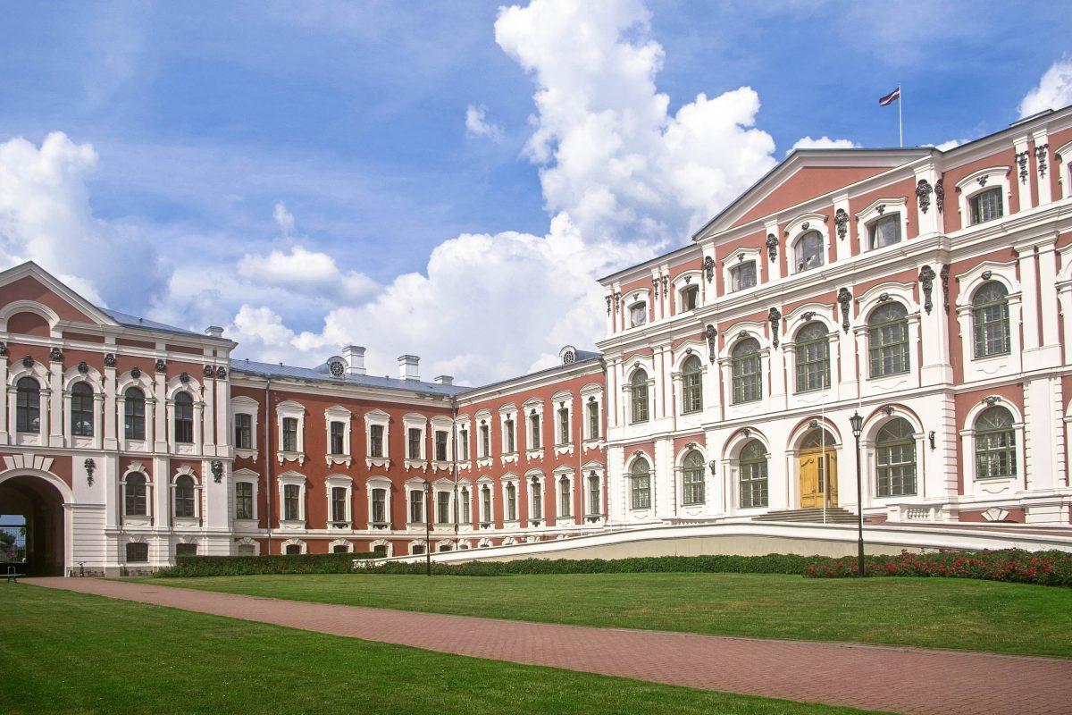 Das im 18. Jahrhundert erbaute Barockschloss Jelgava wurde vom russisch-italienischen Architekten Bartolomeo Francesco Rastrelli errichtet, Lettland - © nyiragongo / Fotolia