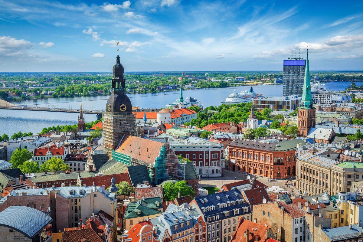 Blick auf den Fluss Düna und die Altstadt von Riga mit dem prunkvollen Dom, Lettland - © f9photos / Shutterstock