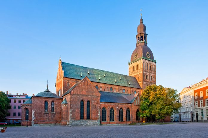 Der Dom in Riga wurde im Jahr 1211 erbaut und ist die größte mittelalterliche Kirche des Baltikums und Sitz des Erzbischofs in Riga, Lettland - © gadagj / Fotolia