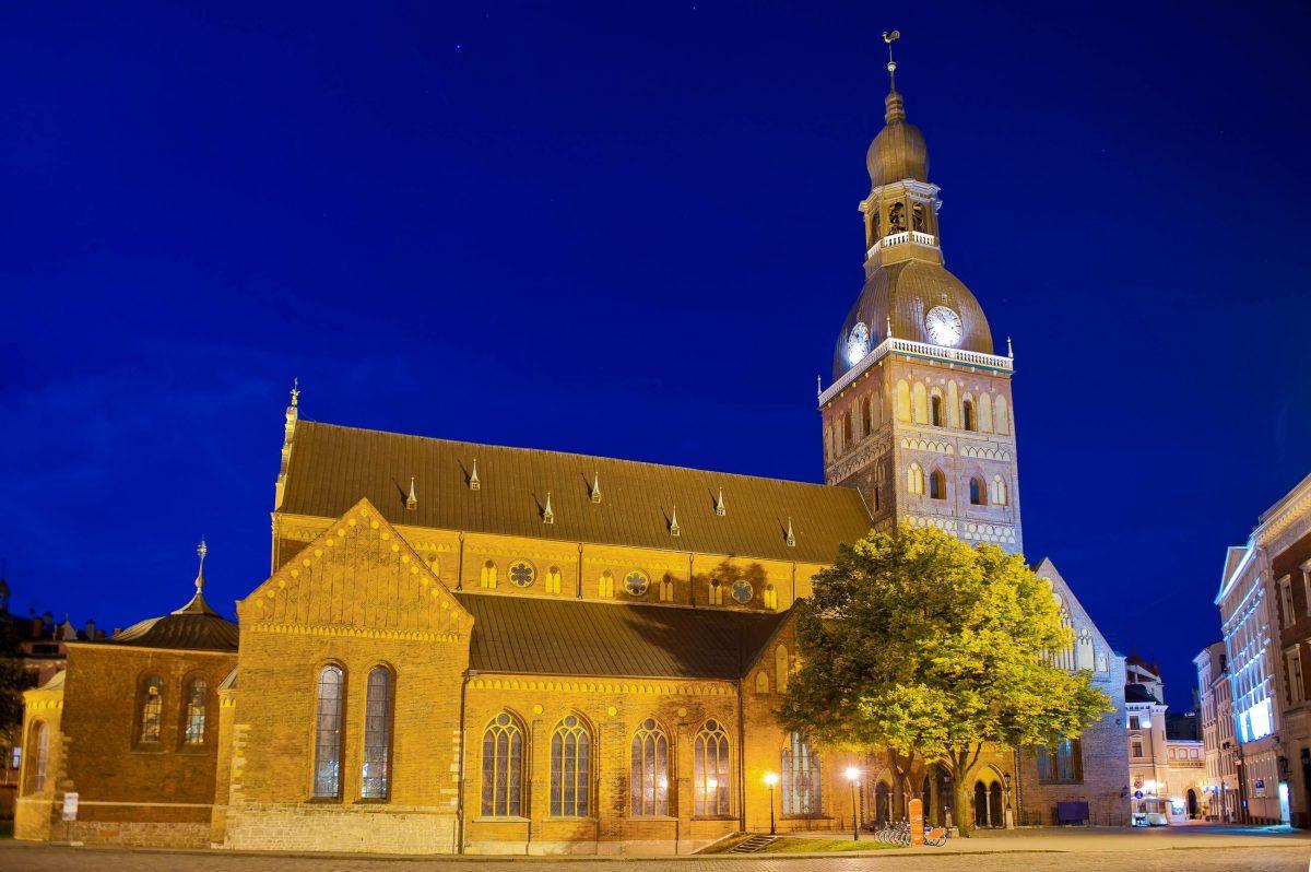 """Der Dom zu Riga ist eigentlich eine Kathedrale, das lettische Wort für Kathedrale ist jedoch """"doms"""", Lettland - © JuliusKielaitis / Shutterstock"""