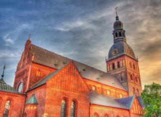 Die Architektur des Doms in Riga weist eine Mischung aus gotischen, romanischen und barocken Elementen auf, Lettland - © Leonid Andronov / Shutterstock