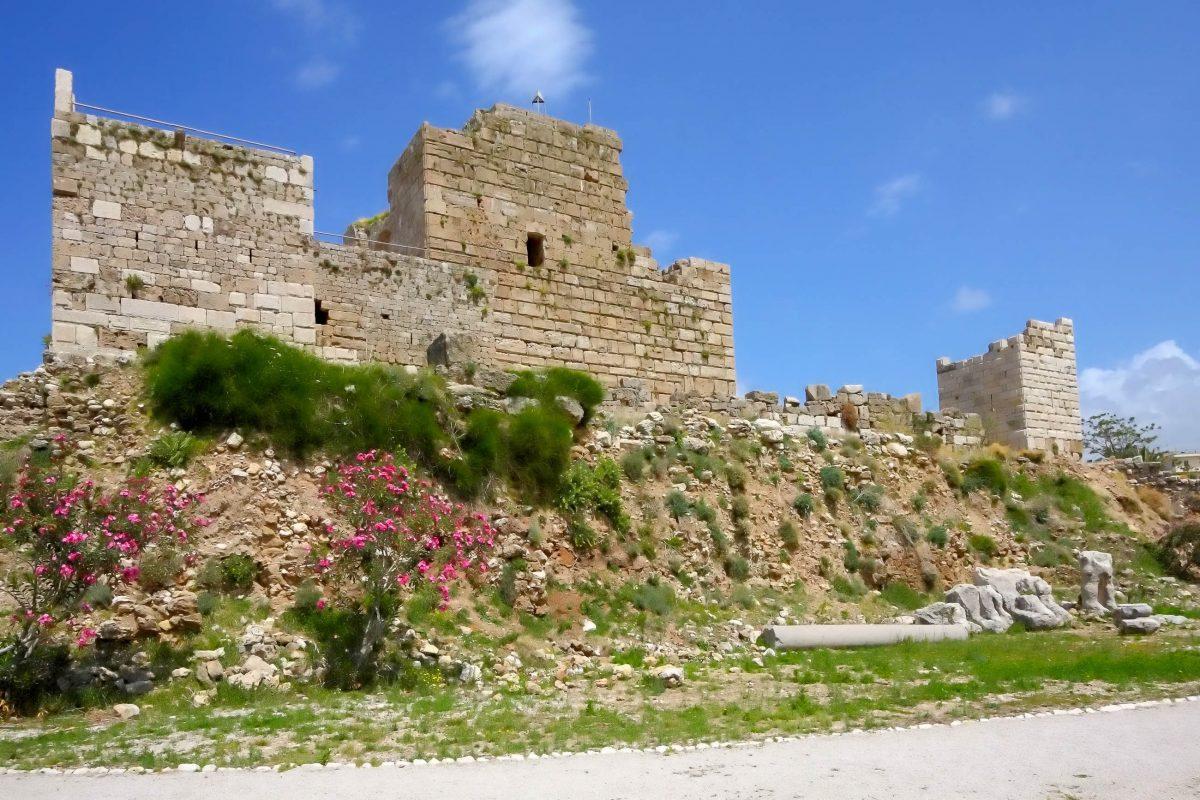 Die historische Byblos-Burg der Kreuzritter thront über der Ausgrabungsstätte von Byblos, Libanon - © diak / Shutterstock