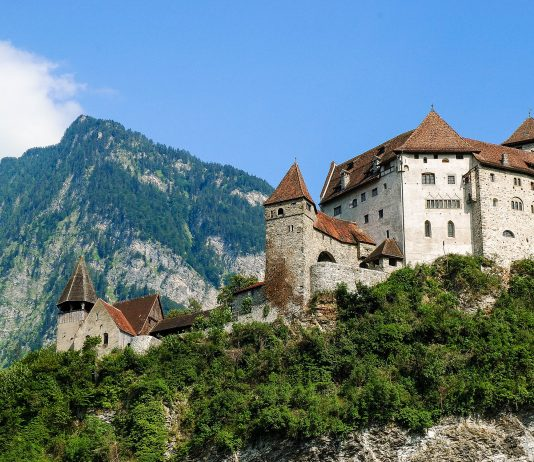 Die Burg Gutenberg erhebt sich auf ihrem etwa 70m hohen Burghügel malerisch über der Gemeinde Balzers  und gilt als Wahrzeichen der Stadt, Liechtenstein - © MajusC00L / Fotolia