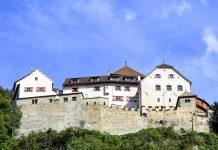 Das Schloss Vaduz thront auf einer Felsterrasse und fungiert als Wohnsitz des Fürstenhauses von Liechtenstein - © Andrea Seemann / Fotolia