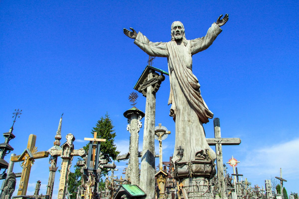 Am Hügel der Kreuze bei der Stadt Siauliai haben Katholiken als Zeichen der Dankbarkeit, der Trauer oder des Widerstandes mittlerweile über 100.000 Kreuze errichtet, Litauen - © Andrea Seemann / Fotolia