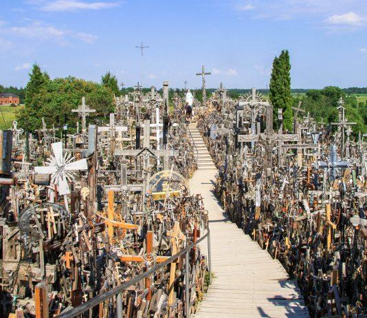 Am Kryžių Kalnas (Hügel der Kreuze) bei Siauliai befinden sich ca. 100.000 christliche Kreuzen in den verschiedensten Farben, Formen und Größen, Litauen - © Andrea Seemann / Fotolia