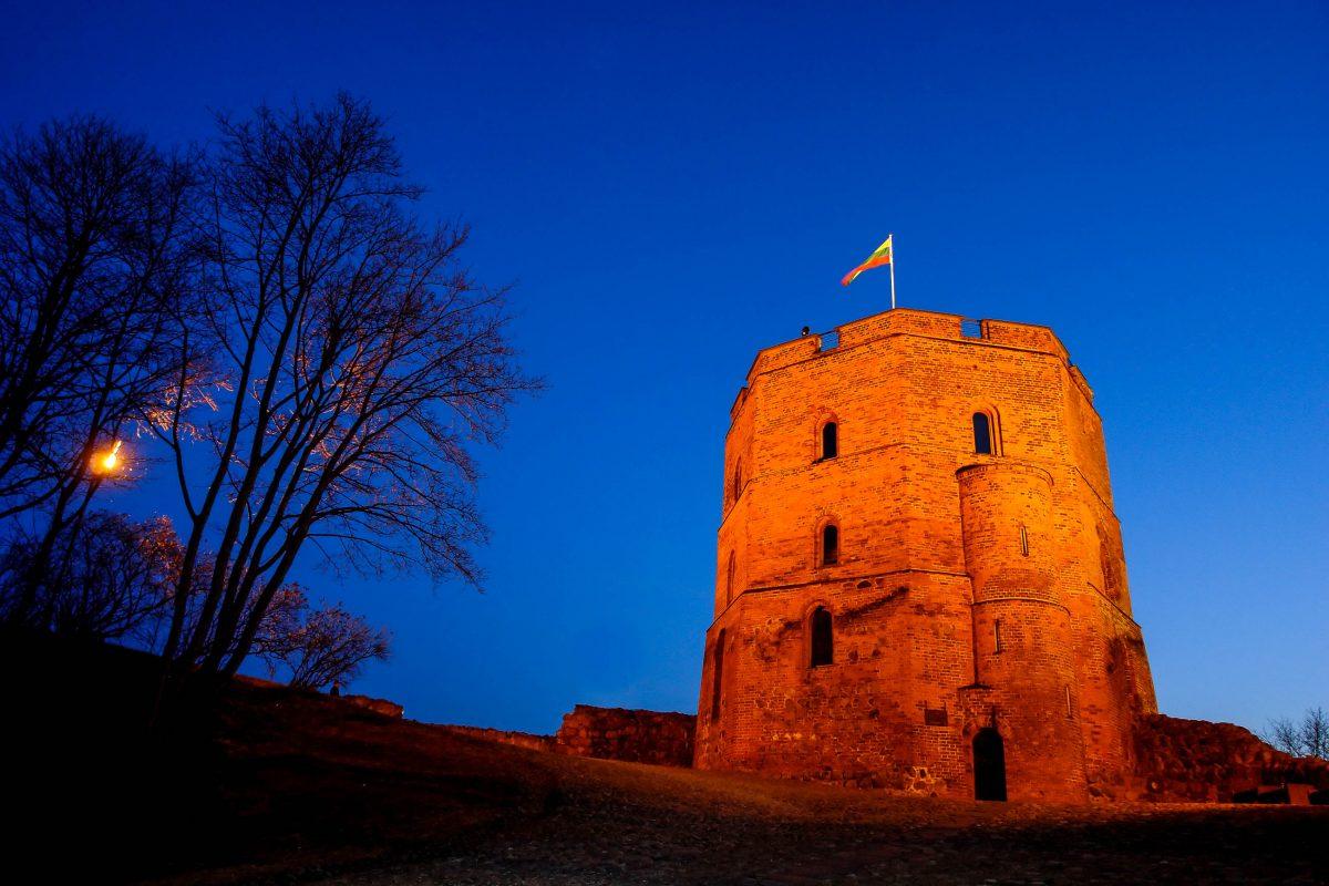 Der Gediminas-Turm der Oberen Burg ist heute das Wahrzeichen von der Stadt Vilnius und von Litauen - © JuliusKielaitis / Shutterstock