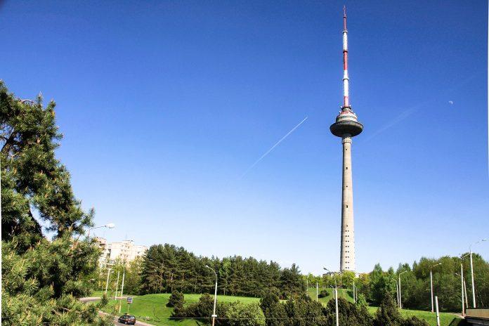 Der Fernsehturm in Vilnius ist mit einer Höhe von 326m der höchste Turm Litauens und bietet von seiner Aussichtsplattform ein atemberaubendes Panorama über die Stadt  - © Bokstaz / Shutterstock