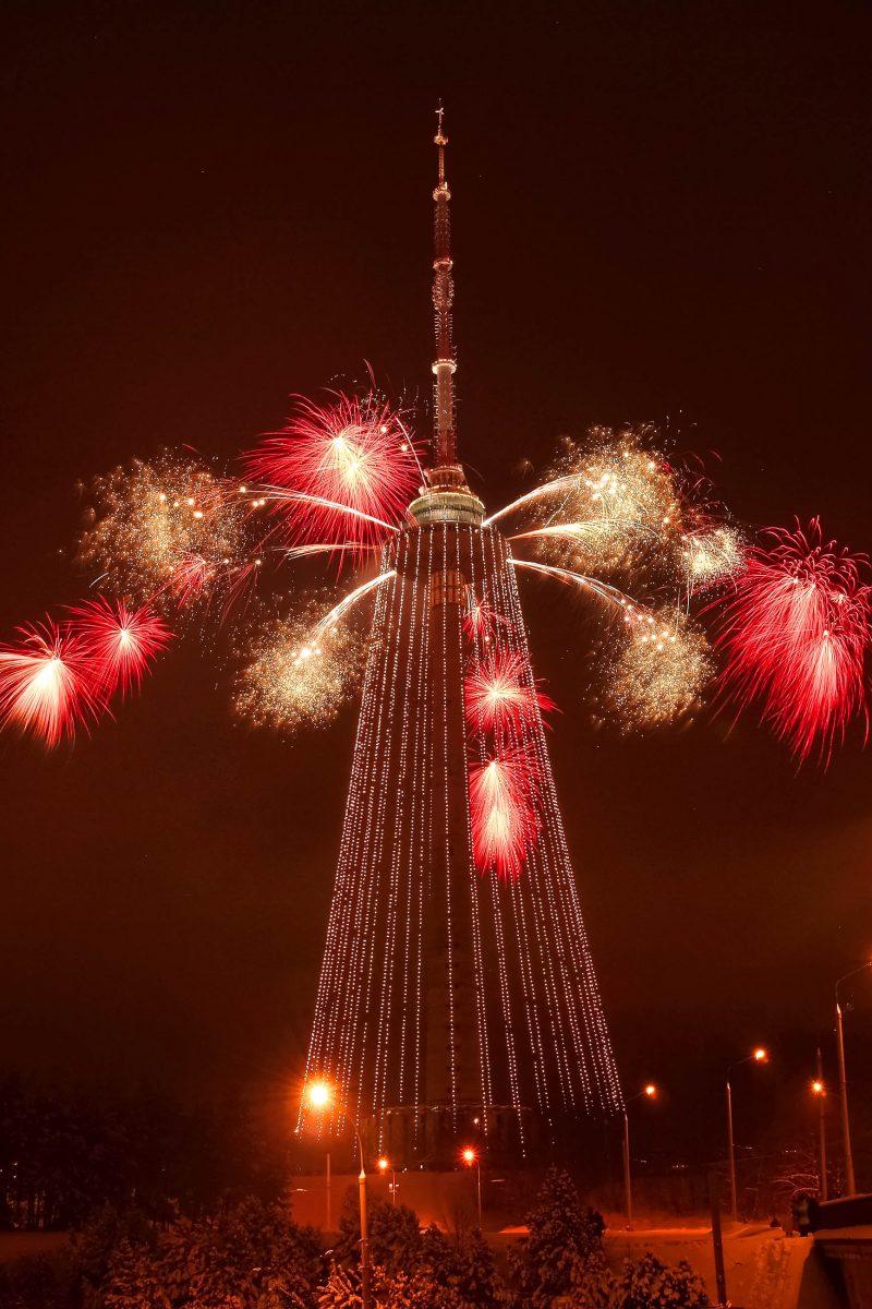 Der Fernsehturm in Vilnius verwandelt sich jedes Jahr zu Weihnachten in den laut Guinness-Buch der Rekorde größten Christbaum der Welt, Litauen - © Bokstaz / Shutterstock