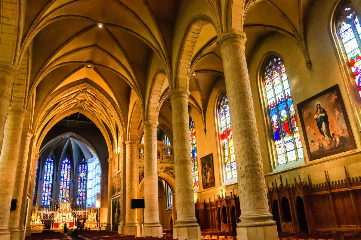 Das Interieur der Kathedrale von Notre Dame in Luxemburg Stadt wird durch die bunten Glasfenster von einem mystischen Schein erhellt - © Scirocco340 / Shutterstock