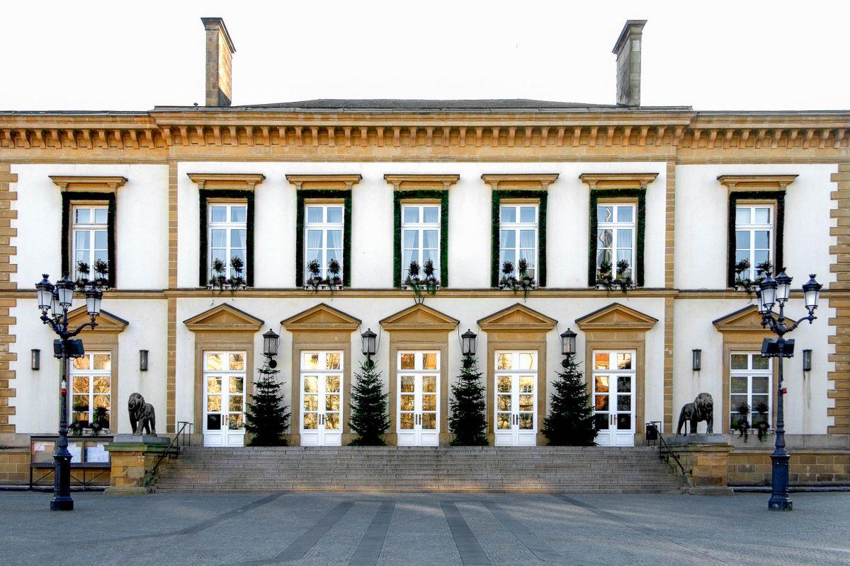 """Das Rathaus von Luxemburg am Place Guillaume II, auch """"Knuedler"""" genannt, stammt aus der ersten Hälfte des 19. Jahrhunderts - © Phillip Minnis / Shutterstock"""
