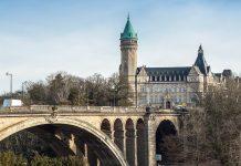 Der auffällige Turm am Ende der Pont Adolphe in Luxemburg Stadt gehört nicht etwa zu einem Schloss, sondern zur städtischen Sparkasse - © HUANG Zheng/Shutterstock