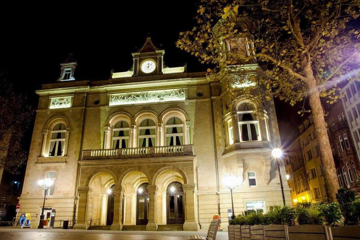 Der Place d'Armes im Zentrum von Luxemburg Stadt wird vom monumentalen Cercle Municipal dominiert, der heute als Kulturzentrum fungiert - © Be Good / Shutterstock