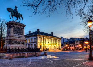 Der zentrale Place Guillaume II mit dem Reiterstandbild von Wilhelm II., im 19. Jahrhundert König der Niederlande und Großherzog von Luxemburg - © MihaiBogdanLazar/Shutterstock