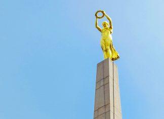 """Die 21m hohe """"Gëlle Frau"""" (""""Goldene Dame"""") am Place de la Constitution in Luxemburg Stadt erinnert an die Gefallenen des Ersten Weltkriegs - © skyfish / Shutterstock"""