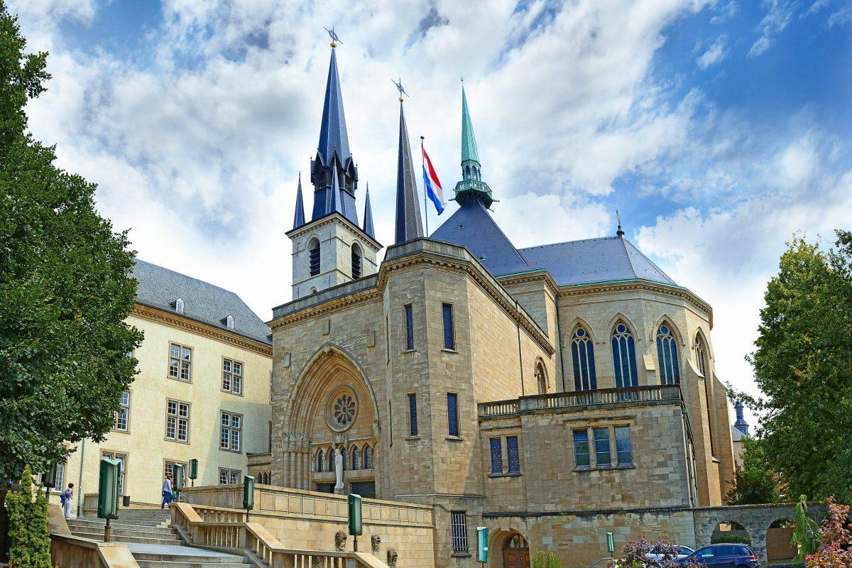 Die Kathedrale Notre Dame in der Altstadt von Luxemburg ist die einzige Kathedrale des Landes - © Pecold / Shutterstock