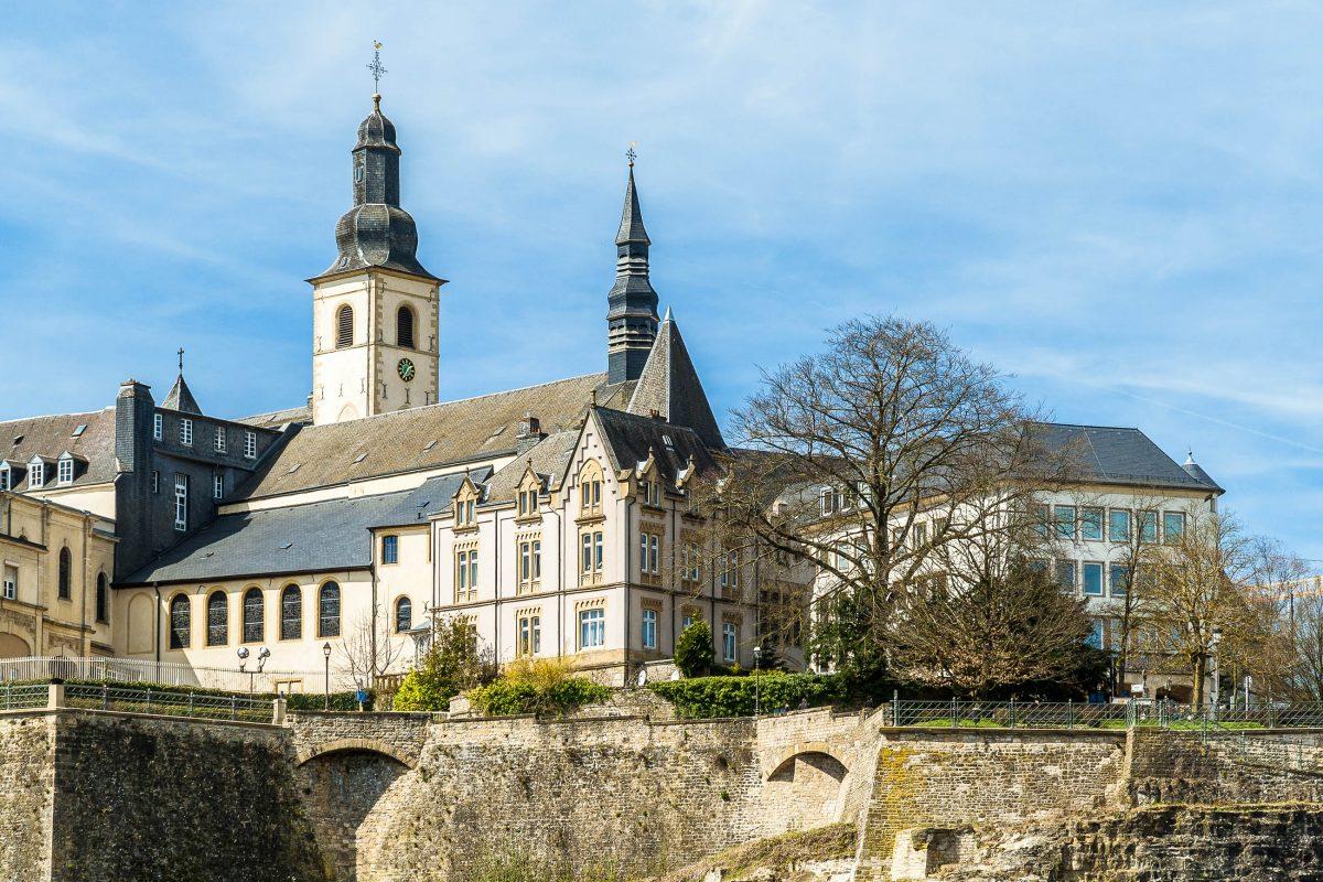 Die St. Michaels-Kirche am historischen Fischmarkt von Luxemburg ist die älteste Kirche der Stadt - © Leonid Andronov/Shutterstock