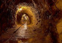 In einer verlassenen Mine wird im Grubenmuseum in Rëmeleng  in Luxemburg die Eisenerzförderung vorgestellt - © Peter Gudella / Shutterstock