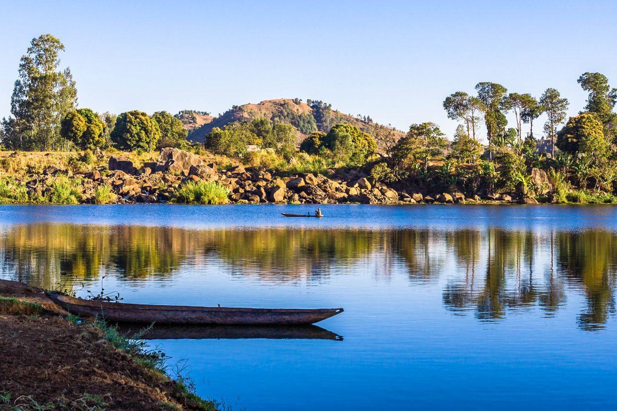 Der Kratersee Lake Itasy ist mit einer Länge von 9km der drittgrößte See Madagaskars - © Pierre-Yves Babelon / Fotolia